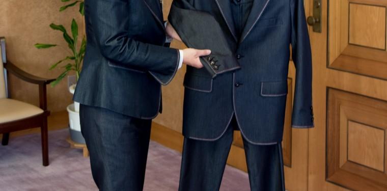 伊東市長がケネディ大使へデニム・スーツをプレゼント